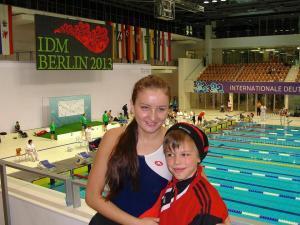 Das Bild zeigt mich mit einem Nachwuchsschwimmer unseres BVSV Nürnberg auf der Tribüne in der SSE/ Berlin