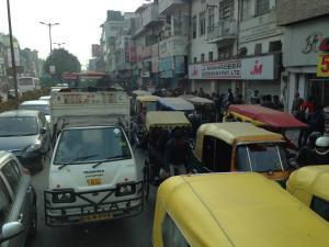 Viel Verkehr hier in Indien - Neu Delhi