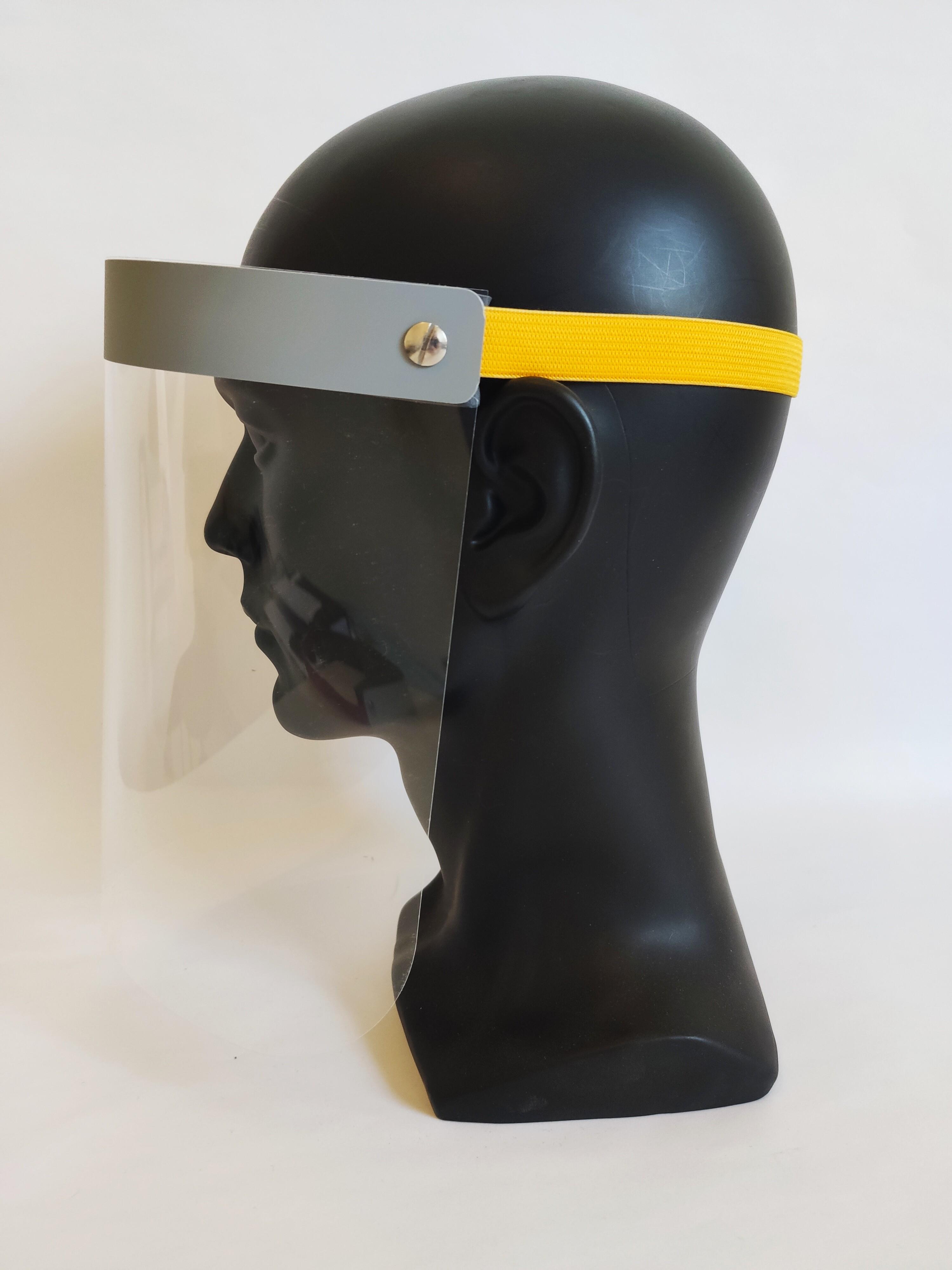 Gesichtsvisier zur Erfüllung von Hygienevorgaben. Corona Faceshield: Decklage lichtgrau mit gelbem Gummiband.